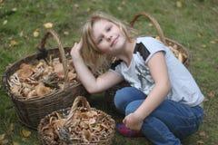 有蘑菇篮子的女孩  图库摄影