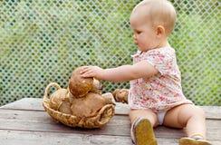 有蘑菇cepes的女婴 免版税图库摄影