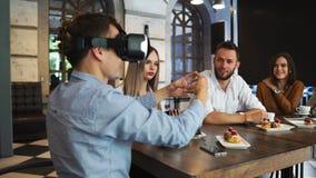 有虚拟现实耳机的人民在建造场所 妇女显示对小组建筑师和工程师 股票录像
