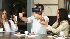 有虚拟现实耳机的人民在建造场所 妇女显示对小组建筑师和工程师 股票视频