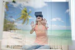 有虚拟现实耳机的妇女在海滩 免版税库存照片
