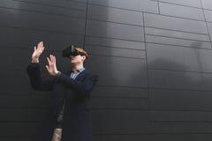 有虚拟现实耳机的年轻人 免版税库存照片