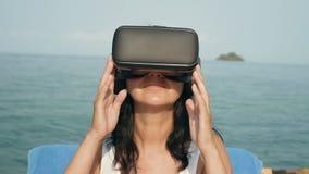 有虚拟现实风镜的妇女 影视素材