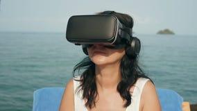 有虚拟现实风镜的妇女 股票视频