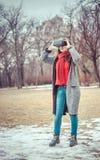 有虚拟现实VR耳机的美丽的女孩 免版税库存图片