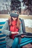 有虚拟现实VR耳机的美丽的女孩 免版税库存照片