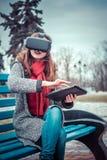 有虚拟现实VR耳机的美丽的女孩 库存图片
