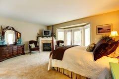 有虚荣内阁和壁炉的豪华卧室 免版税图库摄影