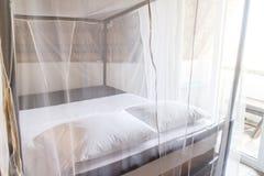有蚊帐的卧室 免版税库存图片
