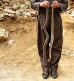 有蛇的一个人 免版税库存图片
