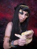 有蛇的妇女。 免版税库存图片
