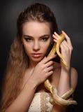 有蛇的妇女 图库摄影