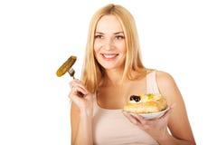 有蛋糕和腌汁的愉快的孕妇 免版税库存图片