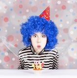 有蛋糕的滑稽的蓝色头发女孩。 库存图片