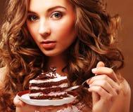 有蛋糕的美丽的少妇 免版税库存图片