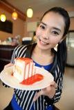 有蛋糕的美丽的微笑的亚裔妇女 免版税库存照片
