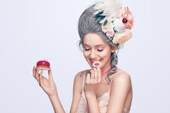 有蛋糕的美丽的白肤金发的妇女 甜性感的夫人 例证百合红色样式葡萄酒 床单方式放置照片诱人的白人妇女年轻人 图库摄影