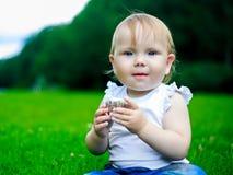 有蛋糕的婴孩 免版税库存图片