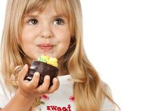 有蛋糕的滑稽的小女孩 库存照片