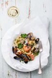 有蛤蜊的,大虾,海扇贝意粉 免版税库存图片