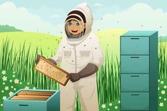 有蜂蜜梳子的蜂农 免版税库存照片