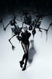 有蜘蛛网和骨骼的可怕妇女 免版税库存图片