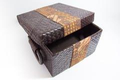 有蜡染布装饰的被编织的箱子 库存图片