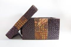 有蜡染布装饰的被编织的箱子 免版税库存图片