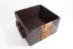 有蜡染布装饰的被编织的箱子 库存照片