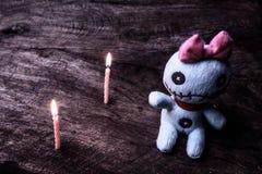 有蜡烛光的葡萄酒邪恶的鬼的玩偶  库存图片