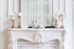 有蜡烛和圣诞节装饰的白色壁炉架 经典内部 免版税库存照片