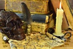 有蜡烛和地图的头骨 免版税库存照片
