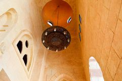 有蜡烛和样式的大豪华棕色阿拉伯枝形吊灯在一个古庙,一个回教清真寺的一块高石天花板 库存照片