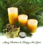 有蜡烛和针叶树的怀表 免版税图库摄影