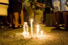 有蜡烛守夜的人们在黑暗寻找的希望,崇拜,祈祷 免版税库存图片
