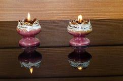有蜡烛照明设备的花瓶 免版税图库摄影