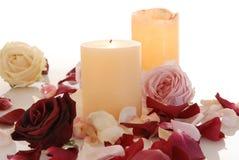 有蜡烛的浪漫美丽的桃红色和白玫瑰瓣 图库摄影