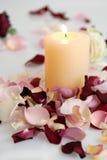 有蜡烛的浪漫美丽的桃红色和白玫瑰瓣 免版税库存图片
