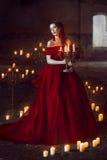 有蜡烛的美丽的夫人 免版税库存图片