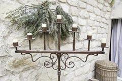 有蜡烛的老金属枝形吊灯 库存图片