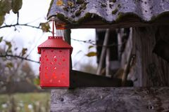 有蜡烛的装饰灯笼在秋天公园晚上 免版税库存照片