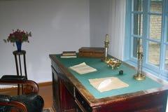 有蜡烛羽毛的老桌面和19世纪的墨水作家 库存照片