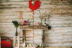 有蜡烛,花的木装饰壁炉, 免版税库存图片