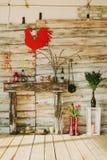 有蜡烛,花的木装饰壁炉, 库存照片
