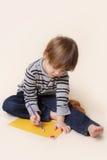 有蜡笔的,艺术孩子 库存图片