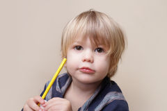 有蜡笔的,艺术孩子 免版税库存照片