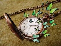 有蝴蝶的老时钟 免版税库存照片