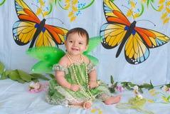 有蝴蝶翼的女婴 免版税图库摄影