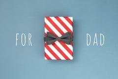有蝶形领结的礼物盒 图库摄影