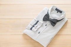 有蝶形领结的衬衣 免版税库存照片